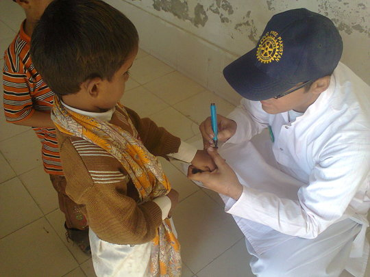 Pakistani child being vaccinated by Rotarian