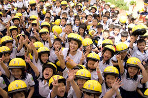 Miss Vietnamese World says yes to child helmets!