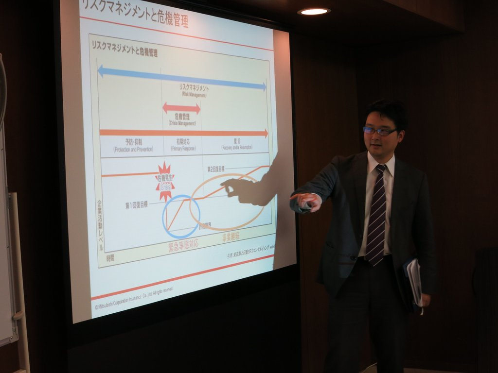 Yosuke Sakamoto giving feedback to participants