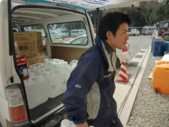 Unloading fresh water for evacuees in NE Japan