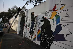 """Painting controversial mural """"Muerte Express"""""""