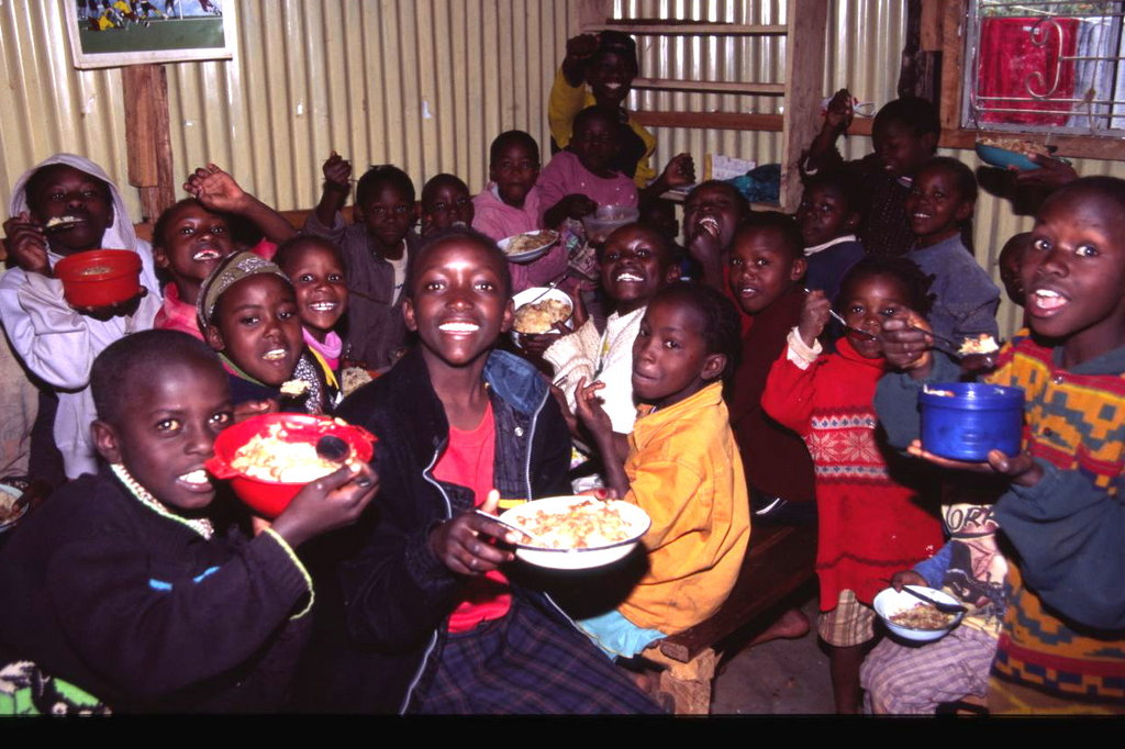 Children eating in SYSC
