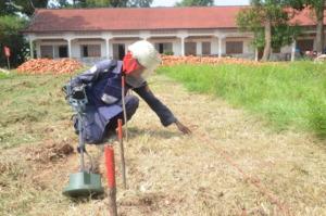 A deminer working at Ponleachey school