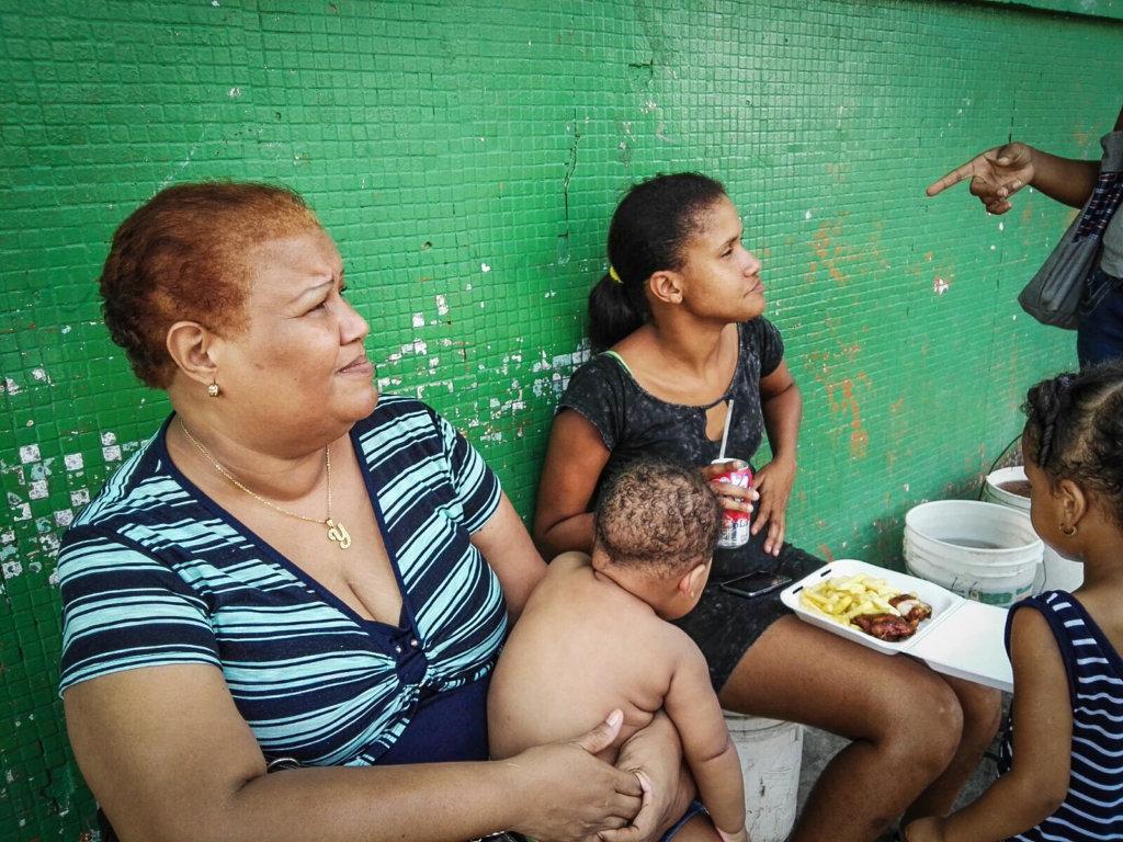 Colonenses women and their children