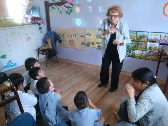 Storytelling in sign language for deaf children