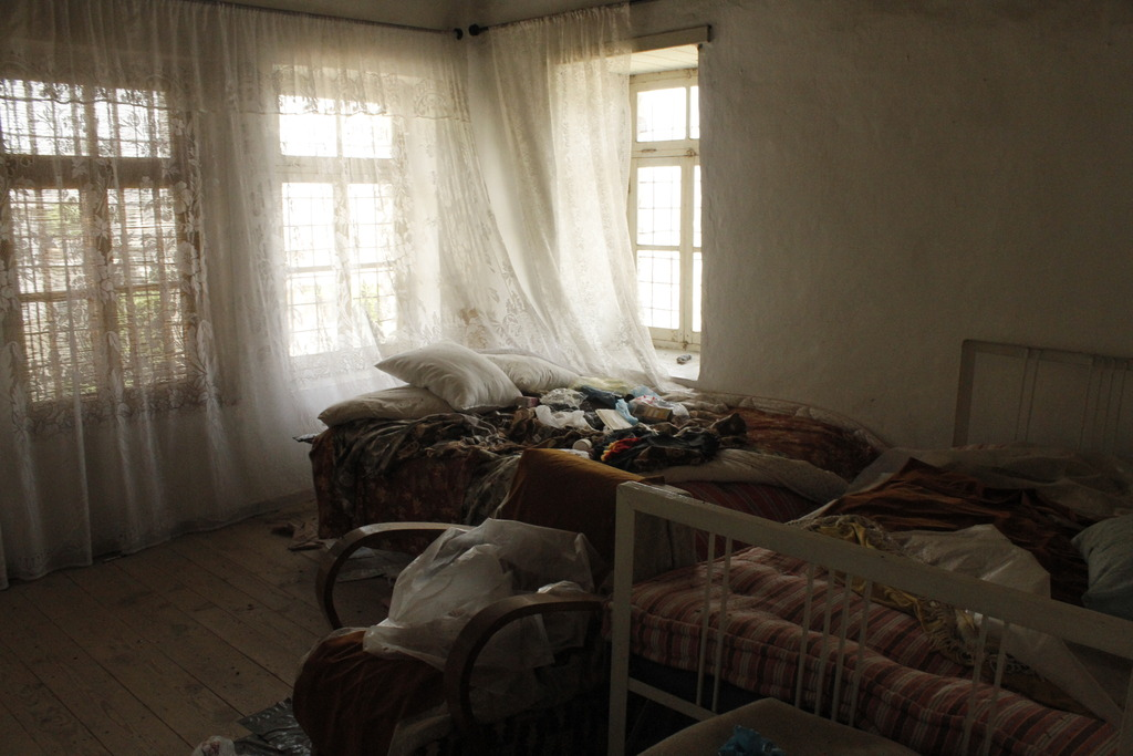 Kabili tenants abandoned apt leaving belongings