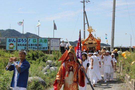 Mikoshi paraded through Oginohama