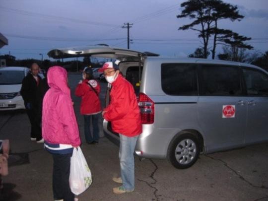 AAR JAPAN staff greets a Seiwa-en member