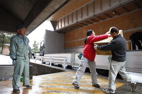 AAR JAPAN staff unloads relief items from Tokyo