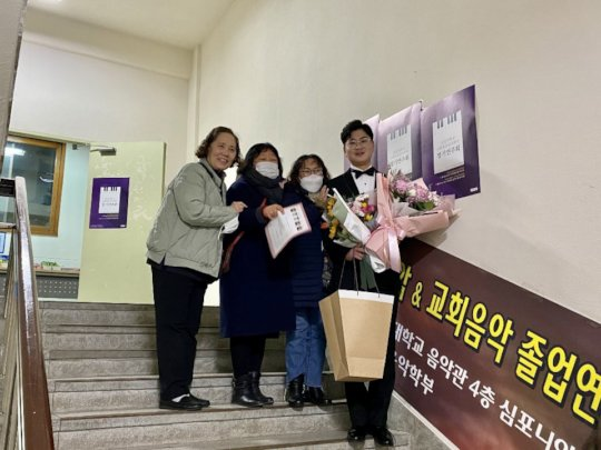 Minyeol w/ the house mothers who helped raise him