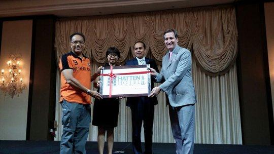 Plaque Presentation to Hatten Hotel Melaka