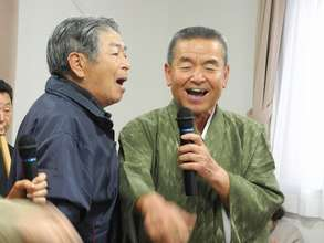 Mr. Suzuki (singer, right) and the audience (left)
