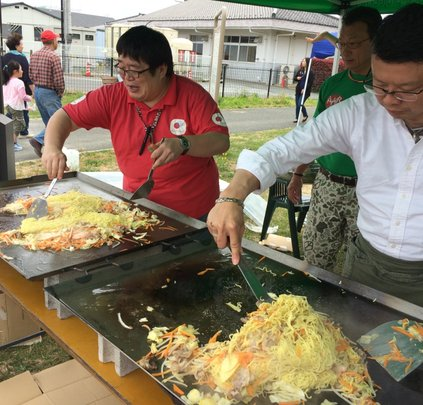 AAR staff preparing fried noodles for 300 people