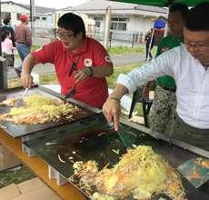 AAR staff preparing fried noodles for 300 people