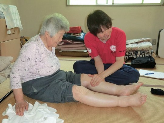 Giving a massage to alleviate pain in the knees