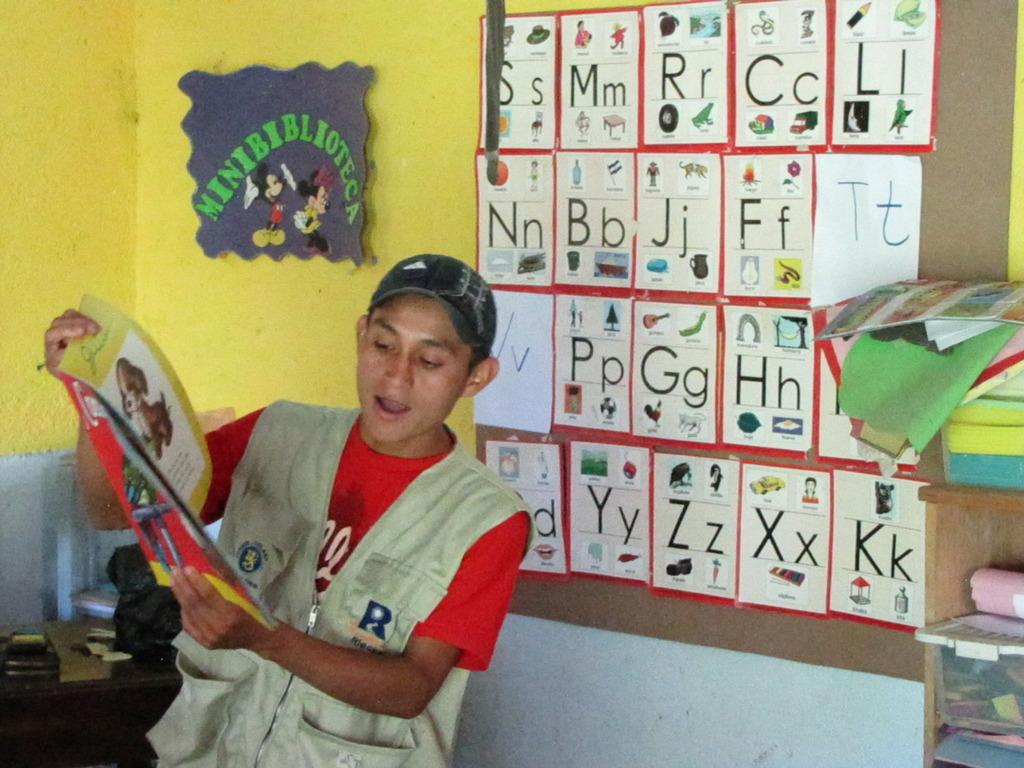Riecken volunteer reads to kindergarten students