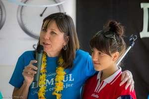 CERI volunteer leading Bible study w/youth groups