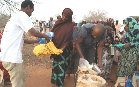 Ayub and Ahmed distribute food at Daffur, Kenya