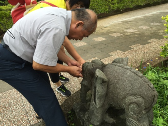 one day trip: touch old stone statue