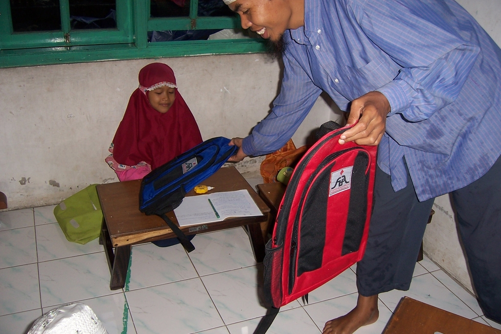 A student gets a new bag