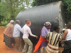 Jenna from UW-M and farmers help install new tanks