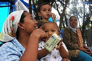 Food distribution to Indonesian tsunami survivors