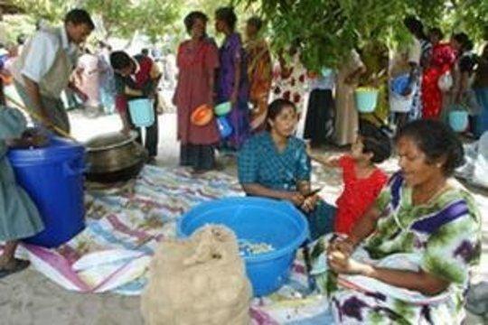 Food distribution to Sri Lankan tsunami survivors