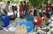 Food distribution to Sri Lankan tsunami survivors