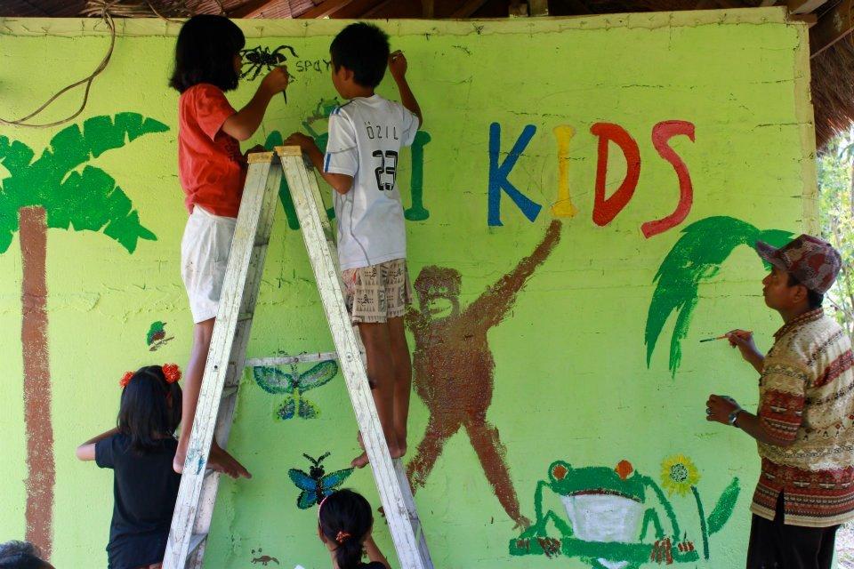 ASRI Kids making a rainforest-themed mural. (KSM)