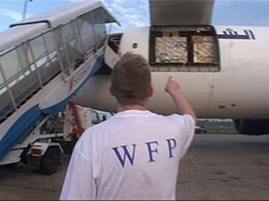 Food distribution to Somali tsunami survivors