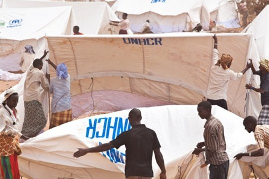 UNHCR prepares tents for refugee families in Kenya