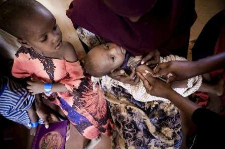 A young Somali refugee receives a vaccination.