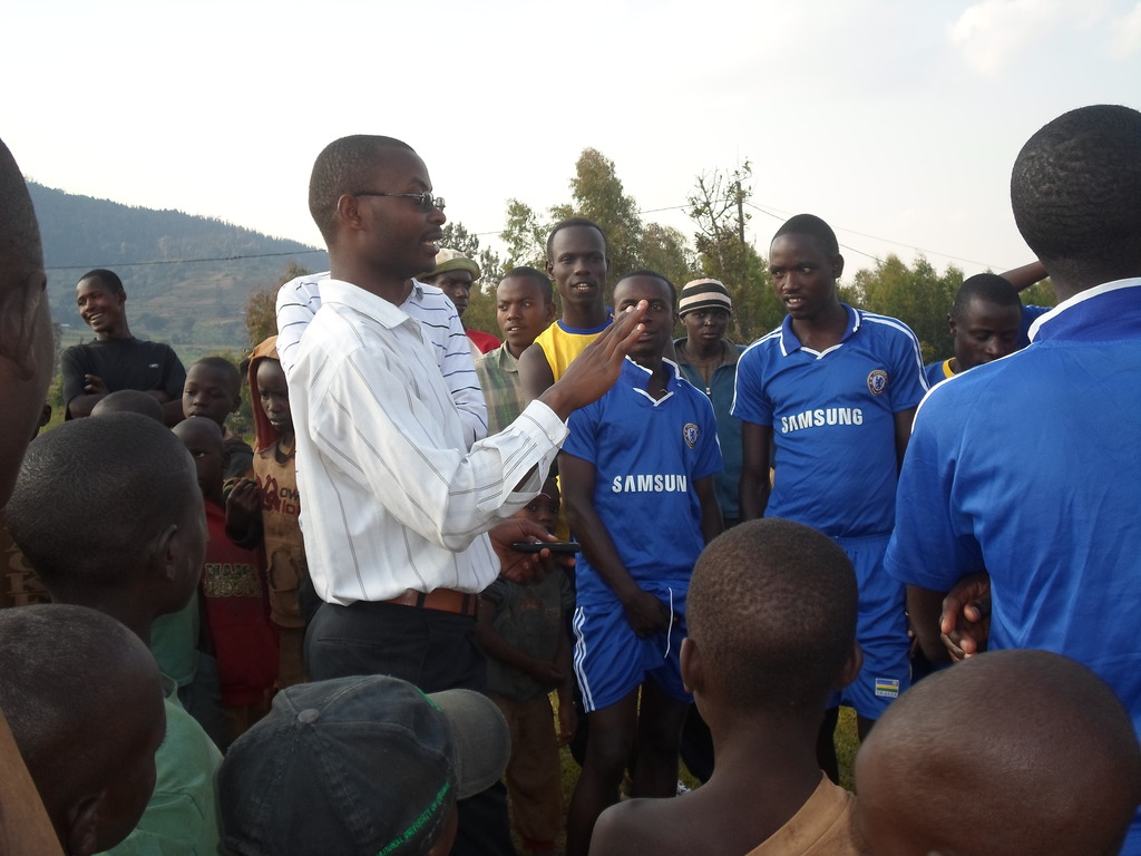 Emmanuel Bakundukize,discussing with the Community