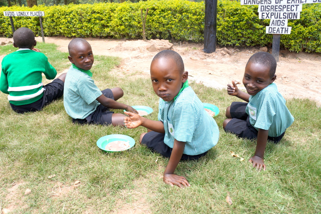 Kutamba students eating lunch.