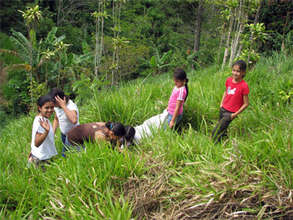 School children planting in Sabalito 2009