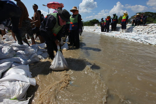 Sandbagging in Sai Mai, Bangkok, during 2011 flood
