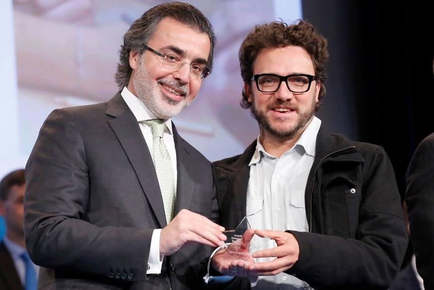 Amr Al-Dabbagh presents the award to Esteban Reyes