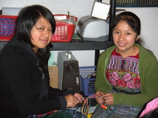 Ana and Paula making pulceras.