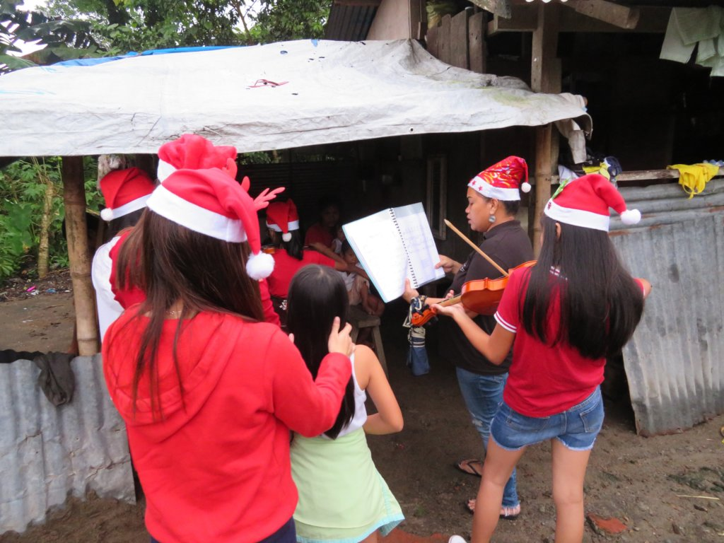 "Midwives "" Caroling"" patients in the Philippines"