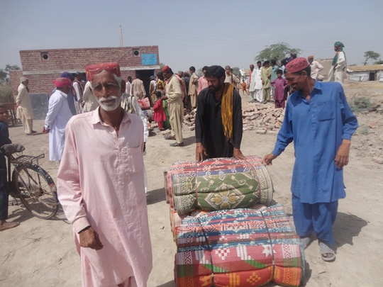 Flood victims recieving goods at Jacobabad