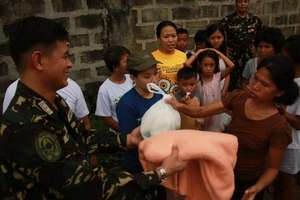Philippine soldiers assist AAI with distribution