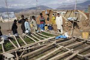 Afghan returnees building a home.