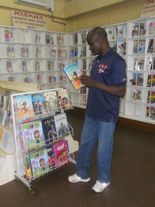 Dounko reading Aya Number 2 at the bookstore