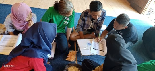 The tutors help the participant to fill the module