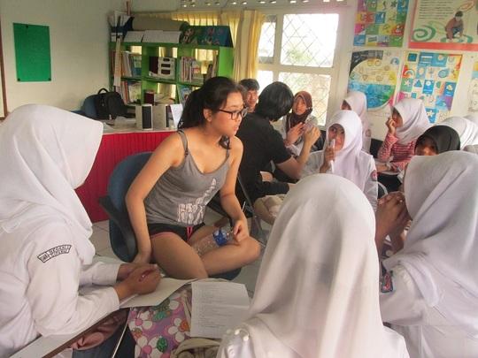 Volunteers from UWCSEA Singapore in English Class