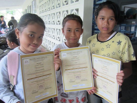 Certificate Distribution in English Kids Class
