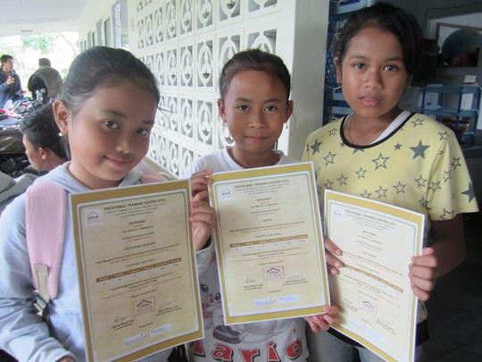Certificate Distribution in English Kids Class