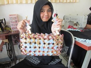Make a woven bag from plastic wrap