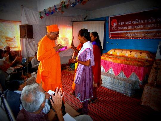 Former Presideent Daksha gives chief guest gift